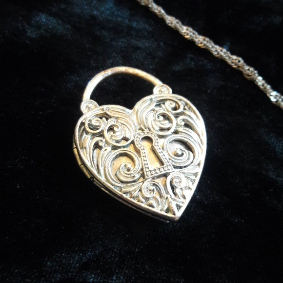 Vintage look detailed heart charm locket